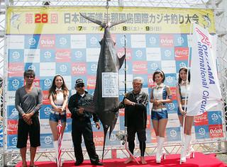 念願の初優勝と大物賞を獲得したチーム世美がえりの当山喜一郎さん(右から3人目)。同4人目は第八暁丸の尾野文建船長=9日午前、久部良漁港