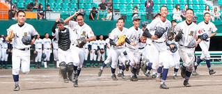 校歌を歌い終え、応援の人たちが待つ一塁側スタンドに笑顔で駆ける八重農ナイン=9日午後、沖縄セルラースタジアム那覇