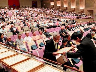 中山義隆市長から表彰状を受ける功労者ら=10日午後、市民会館大ホール