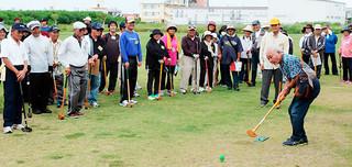 第23回多良間村・各郷友会八重山島大会のグラウンドゴルフには200人余りが参加した=16日午後、多田浜パーク