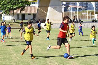 ミニゲームでボールを持つ熊谷紗希と子どもたち=19日午後、真栄里公園