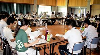 西表島の来年夏の世界自然遺産登録に向けて検討課題を共有する代表者ら=19日午後、中野わいわいホール