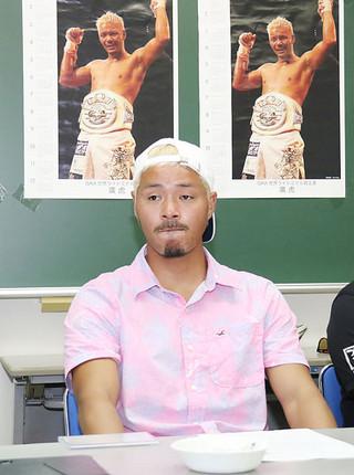 引退会見で記者の質問に答える廣虎=21日午後、大浜信泉記念館