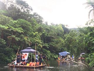 「仲間川いかだ下り」で手作りのいかだで仲間川を下る大原中の生徒ら