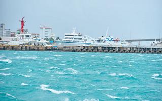 台風9号の接近で大しけとなった石垣港内=29日午後、同港