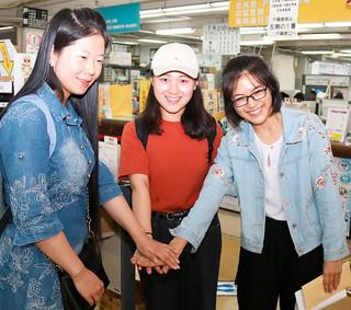 中国福建省からやって来た(右から)張怡婷さん、童富敏さん、楊媛媛さん=7月31日午後、市役所