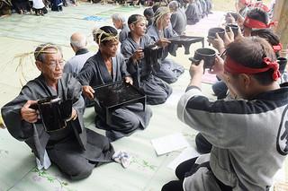 八重山への水稲伝来の地と伝えられる米為(イヤナス)御嶽で厳かに行われたミシャグパーシィ=4日午前、米為御嶽