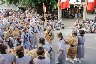 四カ字のムラプールで行われたアヒャー綱でブルピトゥを務めた仲唐アヤ子さん(中央)=5日午後、真乙姥嶽前