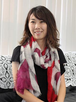 南の島の星まつり夕涼みライブに初出演する大島花子さん。「見上げてごらん夜の星を」などを歌う=10日午後、本社