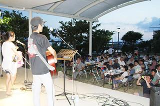 8月10日を語呂合わせした「鳩間の日」のイベントで盛り上がる参加者ら=10日夕、鳩間島野外ステージ