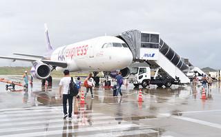 定期運航を行っている香港エクスプレス機。石垣市が本年度で輸出戦略を練る=2016年10月6日午後、南ぬ島石垣空港