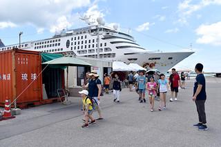 上半期の観光客数が初めて60万人を突破した石垣市。写真はクルーズ船で石垣島を訪れ市街地に向かう外国人観光客=7月27日午前、石垣港