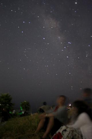 ライトダウン後、南の空に天の川が確認できた=12日午後8時50分ごろ、南ぬ浜町緑地公園