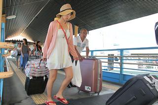 竹富町内各離島を訪れる利用者ら。自然環境保全を目的として「入域料」の導入検討が本格的にスタートする=17日午後、石垣港離島ターミナル