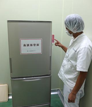 血液保管室に設置された血液保管専用の冷蔵庫=18日午後、八重山食肉センター内