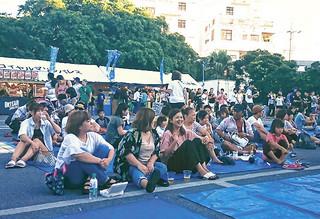 年1回開催の夜市に盛り上がりをみせる会場=19日午後、石垣市役所駐車場