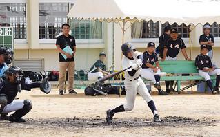 壱岐市選抜戦との初戦、二死三塁で左越の適時三塁打を放つ石垣島選抜久貝=22日午前、石垣第二中学校グラウンド