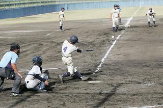 南種子島中との準決勝で七回表に逆転の適時三塁打を打つ石垣島選抜の宮良=23日午後、石垣市中央運動公園第2野球場