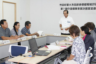 竹富町第8次高齢者福祉計画・第7期介護保険事業計画の第1回策定委員会が開かれた=23日午後、竹富町役場小会議室