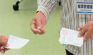 「外間守吉」にフリガナが付けられていた票(上の写真右)と「まかま」と記載された票(同左)。「糸数」の記載に誤字のあった票(下の写真上)と「イトカス」と書かれた票(同下)。いずれも無効と判断された=8月6日午後9半すぎ、開票所となった町構造改善センター