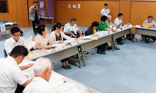 第4次総合計画後期基本計画の最終案について審議する委員ら=25日午後、石垣市健康福祉センター