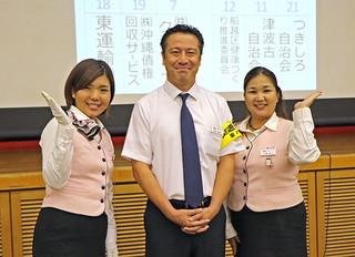 第2回県健康づくり表彰で準グランプリに輝いた東運輸の上里千恵子、日笠利昭、天願典子さん(左から)=28日午後、県庁講堂