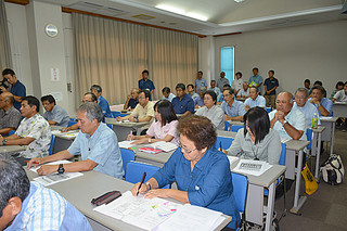 全国学力テストの結果を聞く市内小中学校の校長ら=8月31日午後、大浜信泉記念館