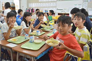 「おいしい」と笑顔を見せる新川小学校の6年生たち=1日午後、同校