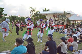 旧盆中日恒例の明石エイサー祭りで、伝統のエイサーを踊る住民ら=4日夕、明石公民館前広場