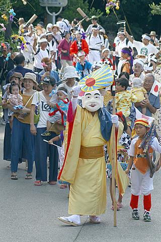 約200人が参加し、公民館まで練り歩いた伝統のムシャーマの仮装行列。=4日午前、波照間島集落内