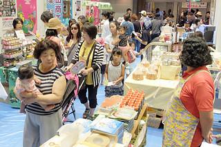 2015年に石垣島まつりと同時開催した八重山の産業まつり=15年11月7日午後、市民会館中ホール
