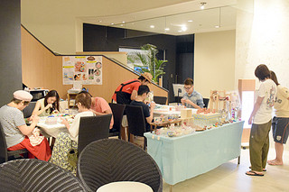 台風の中、宿泊施設内で土産品の手作り体験をして過ごす宿泊客ら=13日午後、アートホテル石垣島