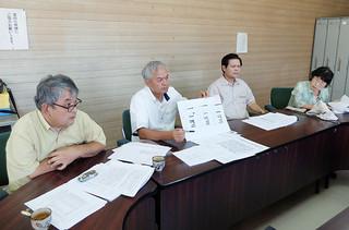 中山義隆市長の資産報告書について条例違反や不適正表記が多くあると指摘する野党議員=15日午後、野党控室
