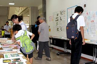 218点の科学作品が並んだ第33回八重山地区児童・生徒科学作品展=16日午後、石垣市立図書館展示室