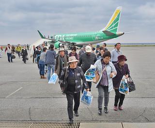 FDAのチャーター便で与那国島を訪れる観光客。11月下旬から石垣でも運航、冬場観光の集客が期待される=3月8日午後、与那国空港