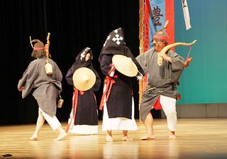 黒島の豊年祭のクライマックスを再現し、島独特の踊り「はでぃくまい」を披露=17日夜、石垣市民会館大ホール