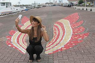 石垣市内の新たな写真スポットとしてお披露目されたカンムリワシの羽をモチーフにした路面アート=18日午後、旧離島桟橋の遊歩道