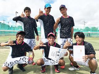 Aクラス男子で栄冠に輝いたLEONE=24日午後、市営テニスコート