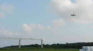 南ぬ島石垣空港北側の誘導灯から進入してくるオスプレイ。エンジンに異常が確認された1機とみられる=29日午後4時50分すぎ(読者提供)
