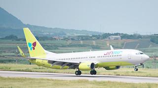 南ぬ島石垣空港に到着するジンエアー機=9月30日午後、同空港