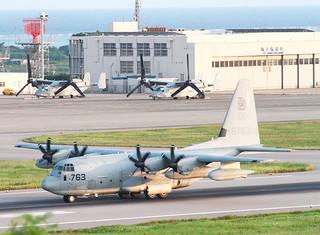 オスプレイの乗組員10人を乗せ、離陸する空中給油機。フィリピンに向かった=9月30午後5時54分ごろ、南ぬ島石垣空港