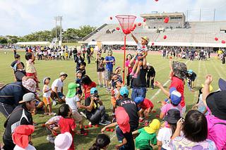 15年ぶりに開催された第19回石垣市民大運動会で玉入れを楽しむ親子ら=10月1日午前、市中央運動公園