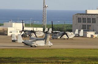 東側海上を旋回後、飛来した3機目のオスプレイ1機「11」(手前)=2日午後5時20分、南ぬ島石垣空港
