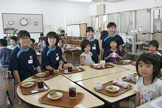 エンゼル保育園で職場実習を行っている石垣第二中の(左から)幸地柚季、森好羽、寺島さつき、東愛梨さん=3日午後、同園