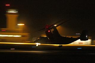 修理を終え、離陸する垂直離着陸機MV22オスプレイ「03」=4日午後8時57分ごろ、南ぬ島石垣空港