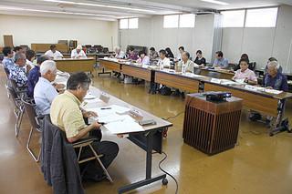 第2回策定委員会で、アンケート結果の報告が行われた=6日午後、石垣市役所2階会議室