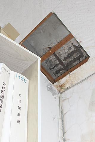 竹富町役場の屋根の一部が剥落した竹富町教育委員会の天井部=10日午後、竹富町役場