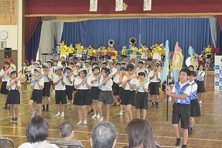 全国地域安全運動八重山郡民大会で演舞を披露する登野城小学校鼓笛隊と同器楽クラブ=13日午後、同校体育館