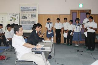 名蔵川水系の水質と同流域に生息する生物調査の結果を報告する生徒ら=21日午後、石垣市健康福祉センター視聴覚室