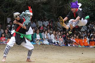川平の棒10組ほか、「てんばぃ棒」でも迫力ある演舞を見せた=22日午後、群星御嶽